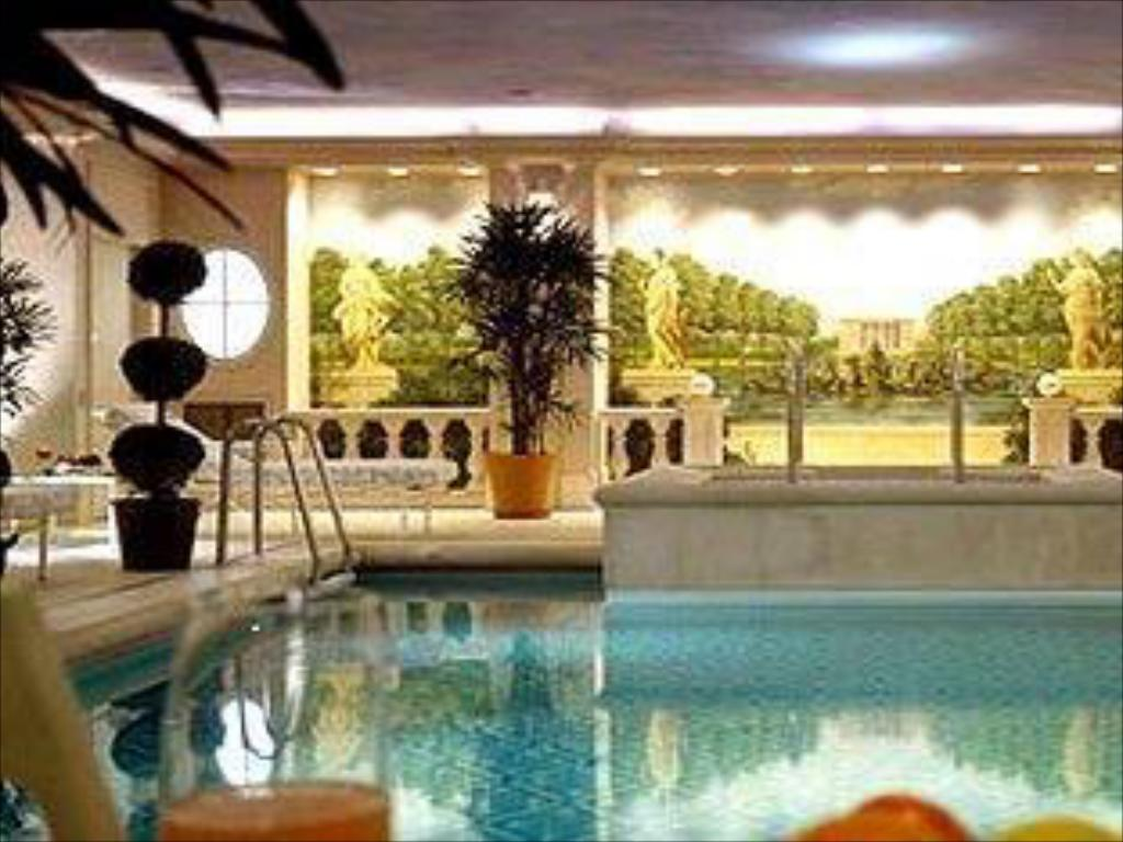 Swimming pool Four Seasons Hotel George V Paris