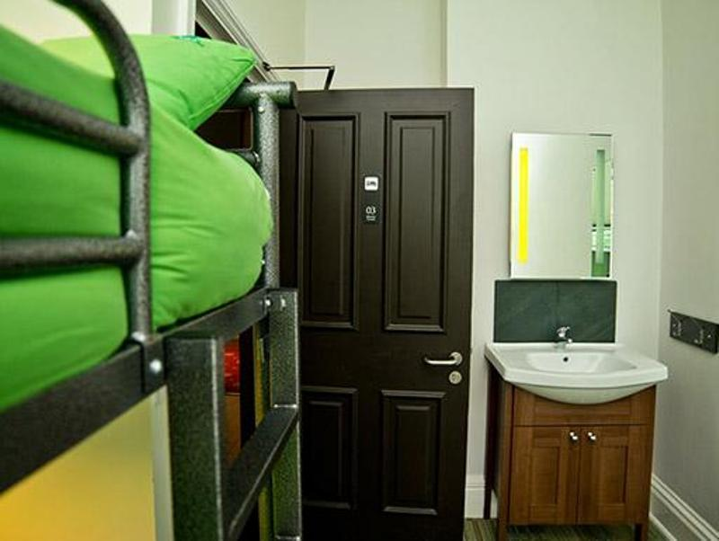 Litera en Habitación Masculina (Bunk Bed in Male Dormitory Room)