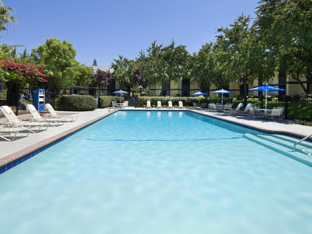 Piscina Four Points by Sheraton Bakersfield
