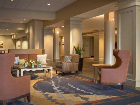 לובי DoubleTree by Hilton Boston North Shore Hotel
