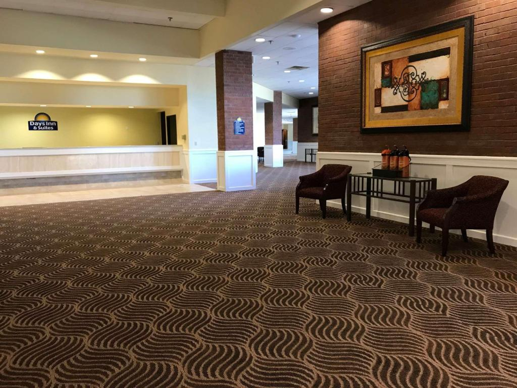Лобби Days Inn & Suites by Wyndham Tallahassee Conf Center I-10
