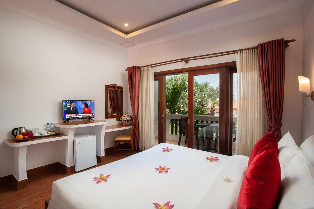 Deluxe Double Balcony Pool View - Bed Champey Sor Angkor Boutique Hotel
