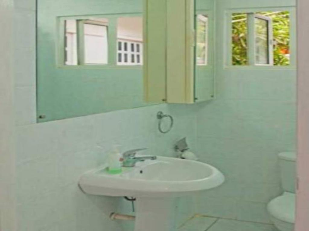 Bathroom Manivelle Self Catering Guest House