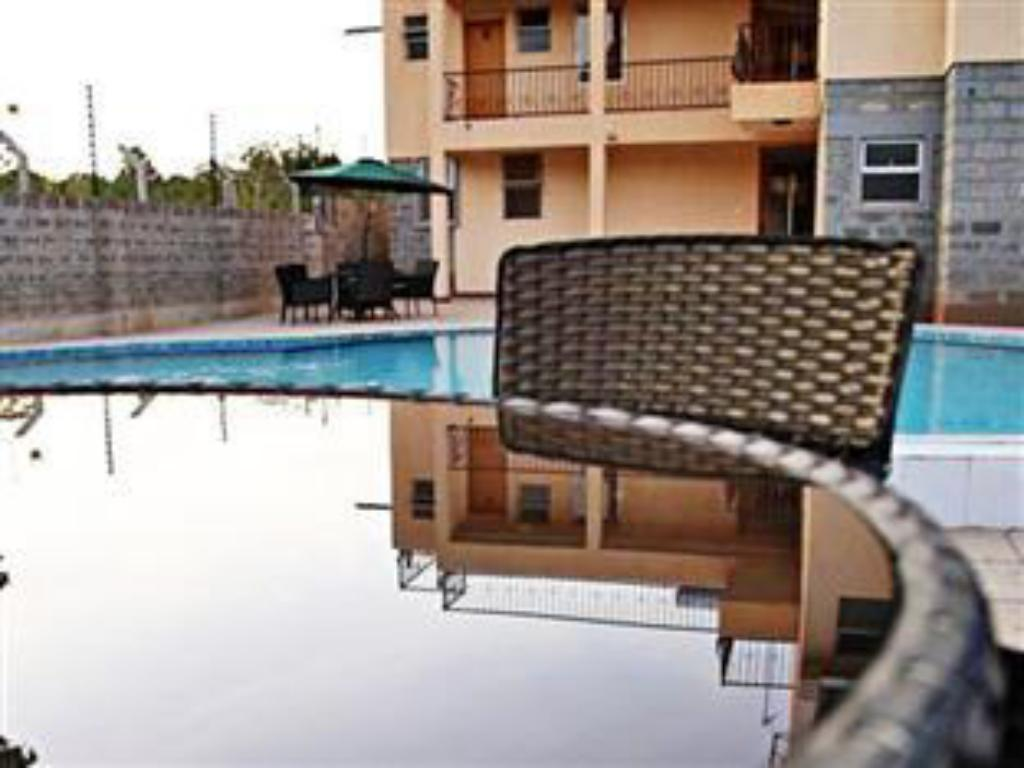 Swimming pool Longview Suites