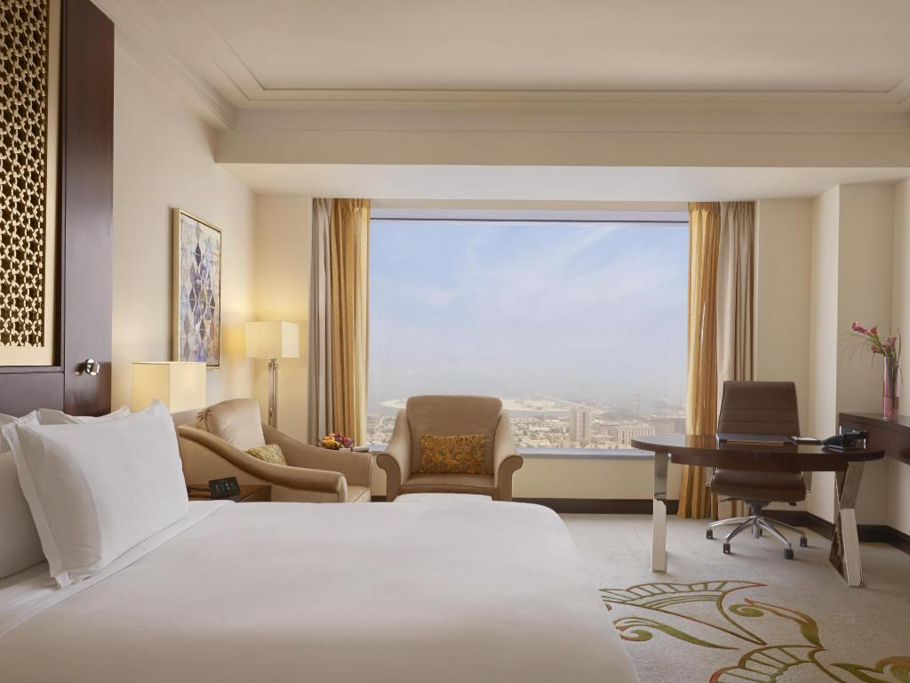 King Deluxe Sea View - Widok Conrad Dubai