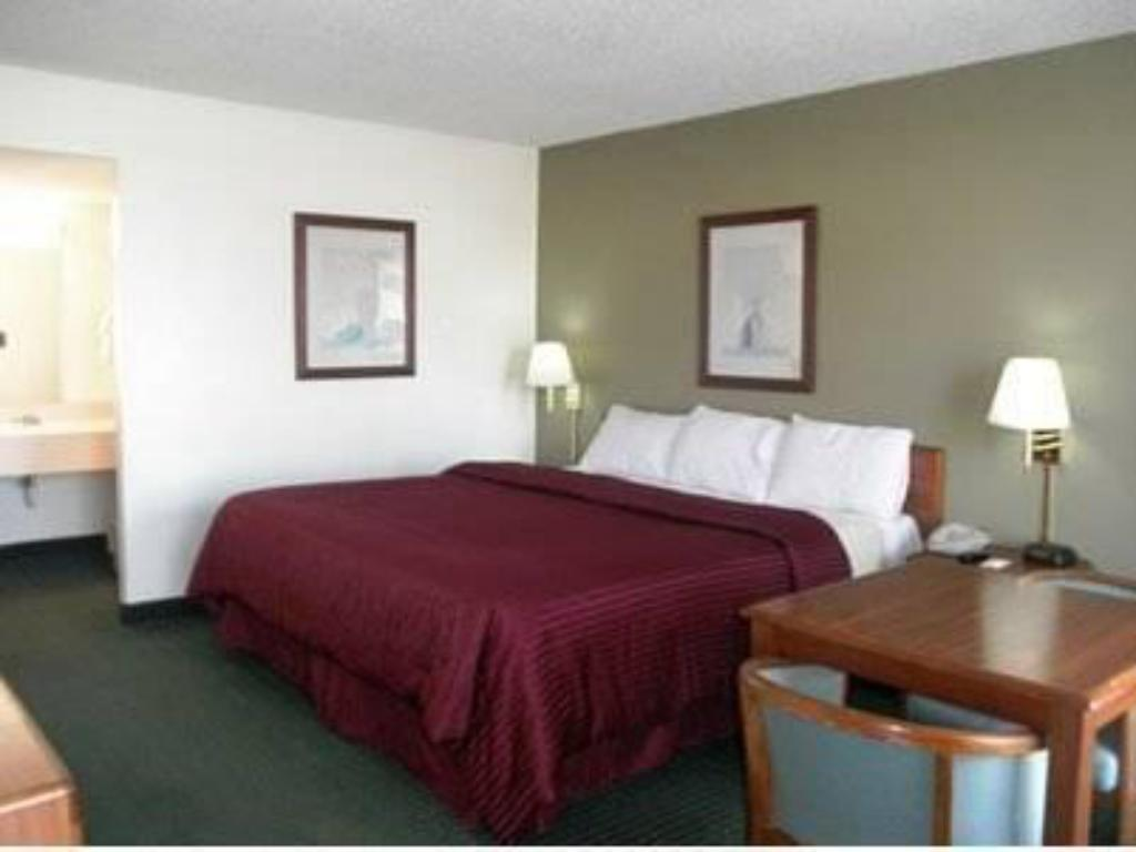 King Room - Smoking Econo Lodge Inn & Suites