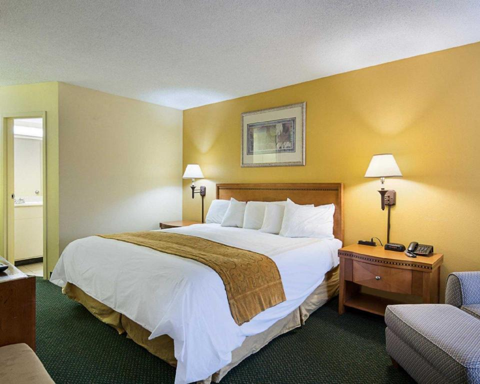 King Room - Non-Smoking Days Inn & Suites by Wyndham Williamsburg Colonial