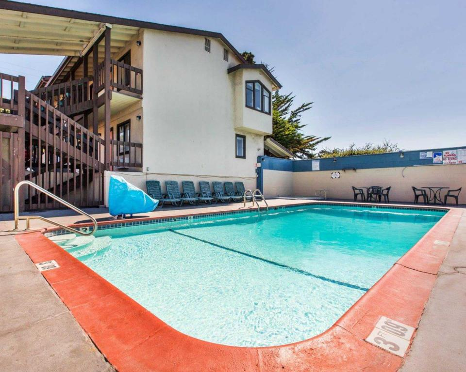 Kolam renang Econo Lodge Monterey Fairgrounds