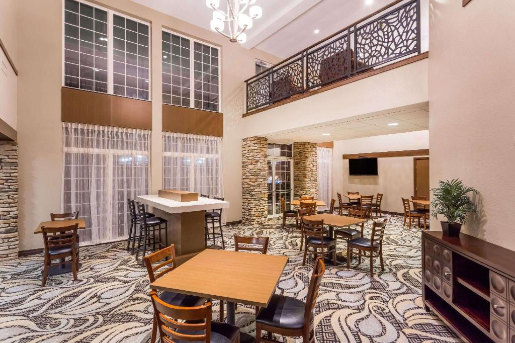 Lobby Quality Inn & Suites (Wyndham Garden Madison Fitchburg)
