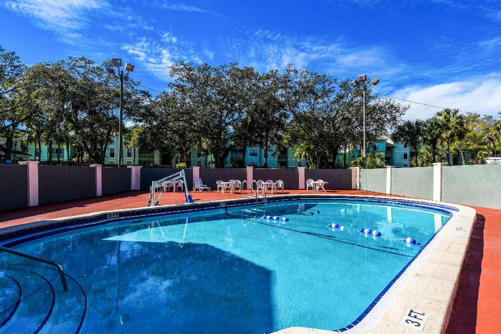 Swimming pool [outdoor] Econo Lodge Busch Gardens Tampa