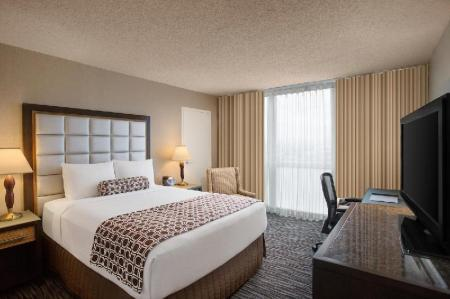1 Queen Bed Executive Level Non-Smoking - Bed Crowne Plaza San Francisco Airport