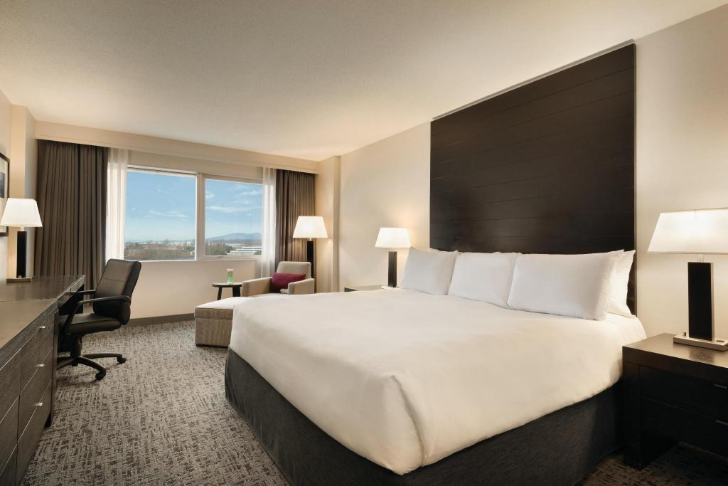 King Bed - Bed Radisson Hotel Vancouver Airport