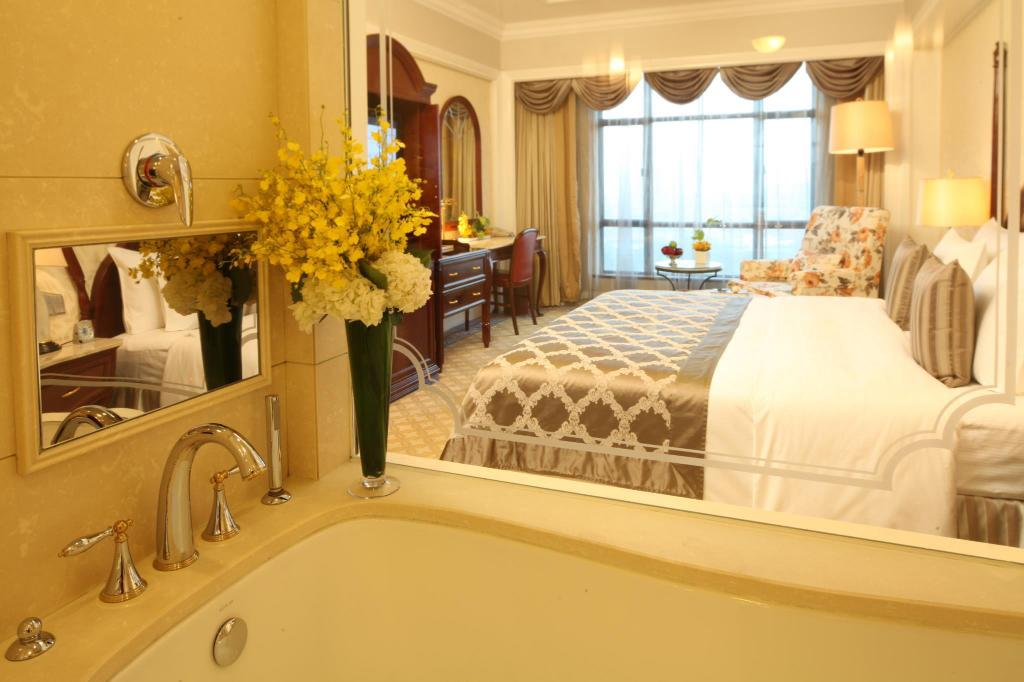 Business King Superior - Guestroom Zhongwei Green Lake Hotel Kunming