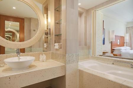 Classic Room, Guest room, 1 Double, Partial Golf view - Phòng tắm Sheraton Sanya Resort
