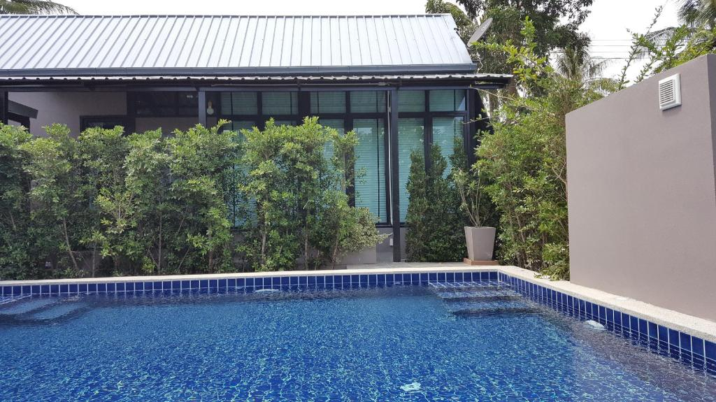 Deluxe Pool Access - View