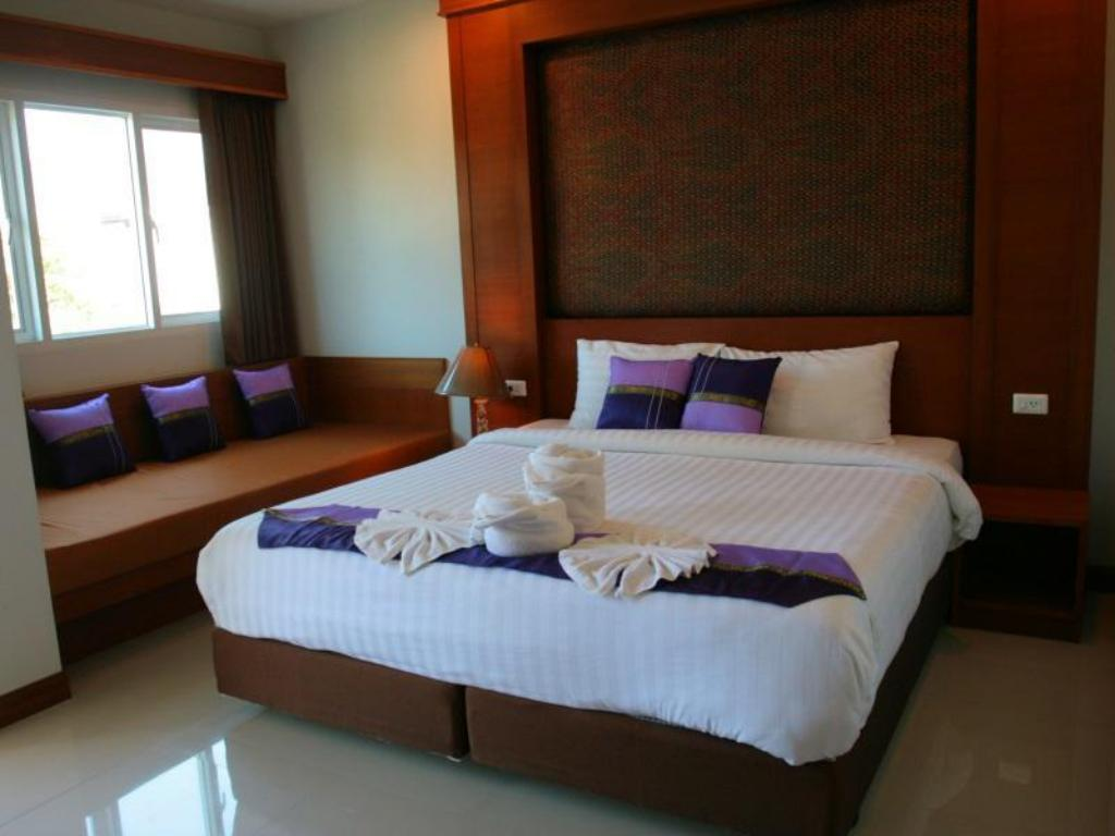 Standard Double Room A with City View - Guestroom Rojjana Residence