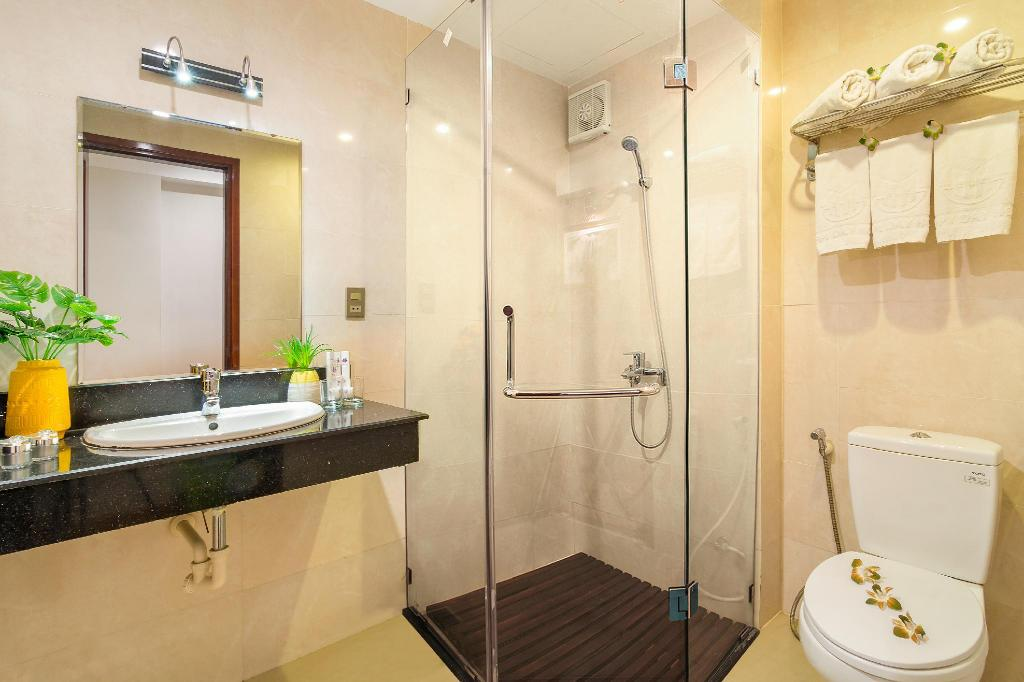 Bathroom Happy Day Hotel Da Nang