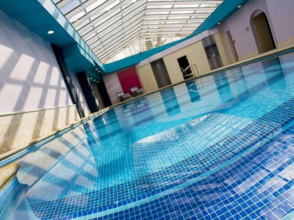 Swimming pool The Oxford Belfry - QHotels