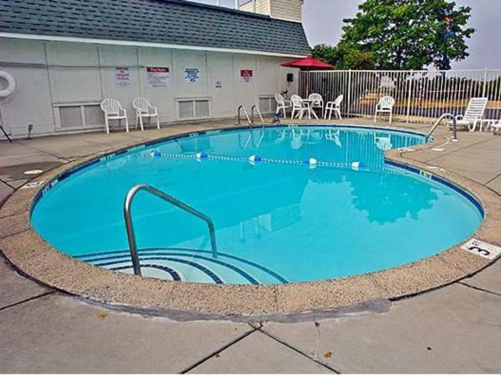Swimming pool Motel 6 Hagerstown