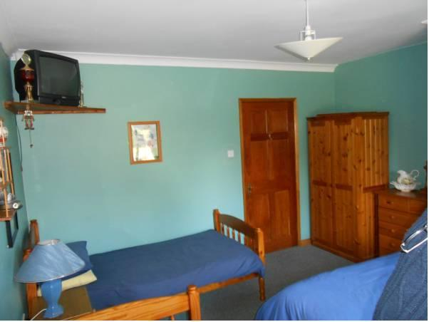 Trivietis numeris su bendru vonios kambariu (Triple Room with Shared Bathroom)