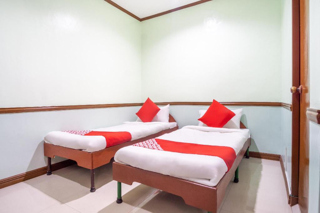 Standard Twin Room - View OYO 166 Maanyag Pension House