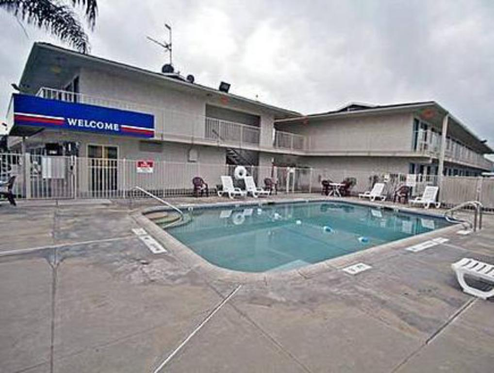 Swimming pool Motel 6 Tulare