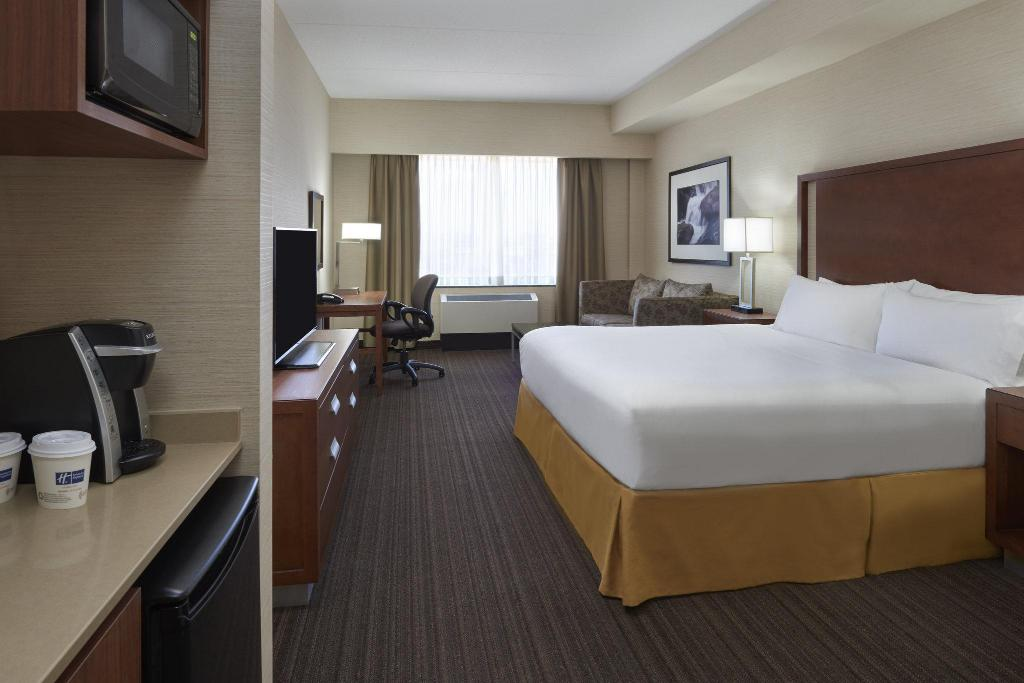 1 King Bed Executive Non-Smoking Holiday Inn Express & Suites Vaughan Southwest