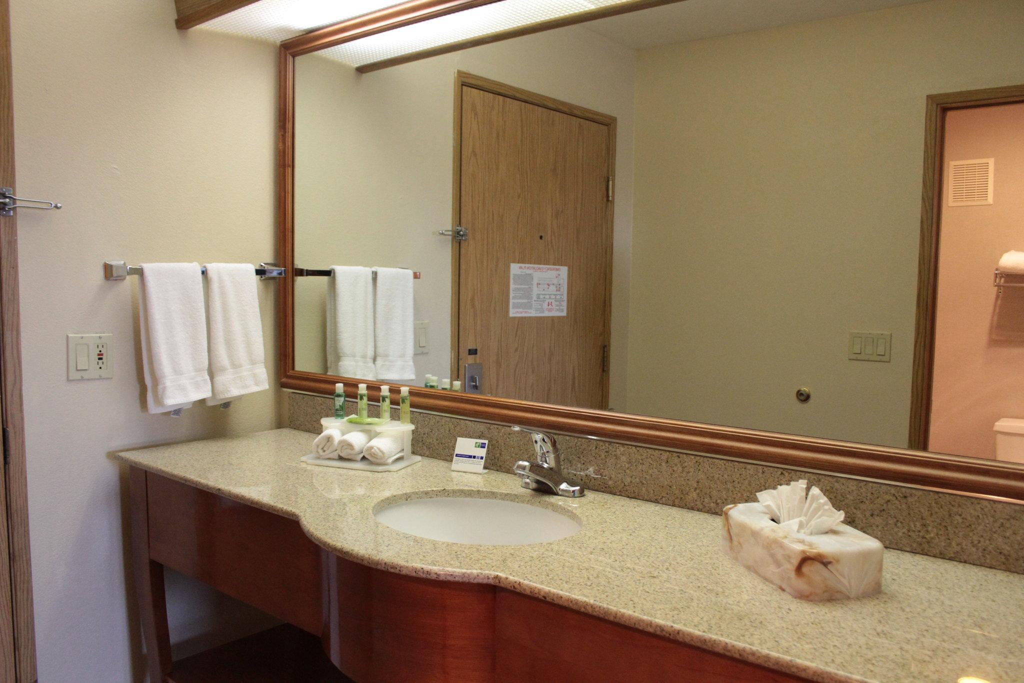 Suite 1 Bedroom Hearing Accessible Roll In Shower Non-Smoking