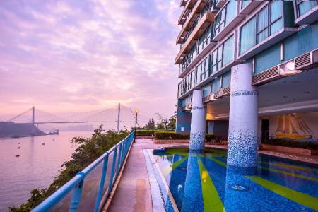 Kolam renang luar ruangan Bay Bridge Lifestyle Retreat