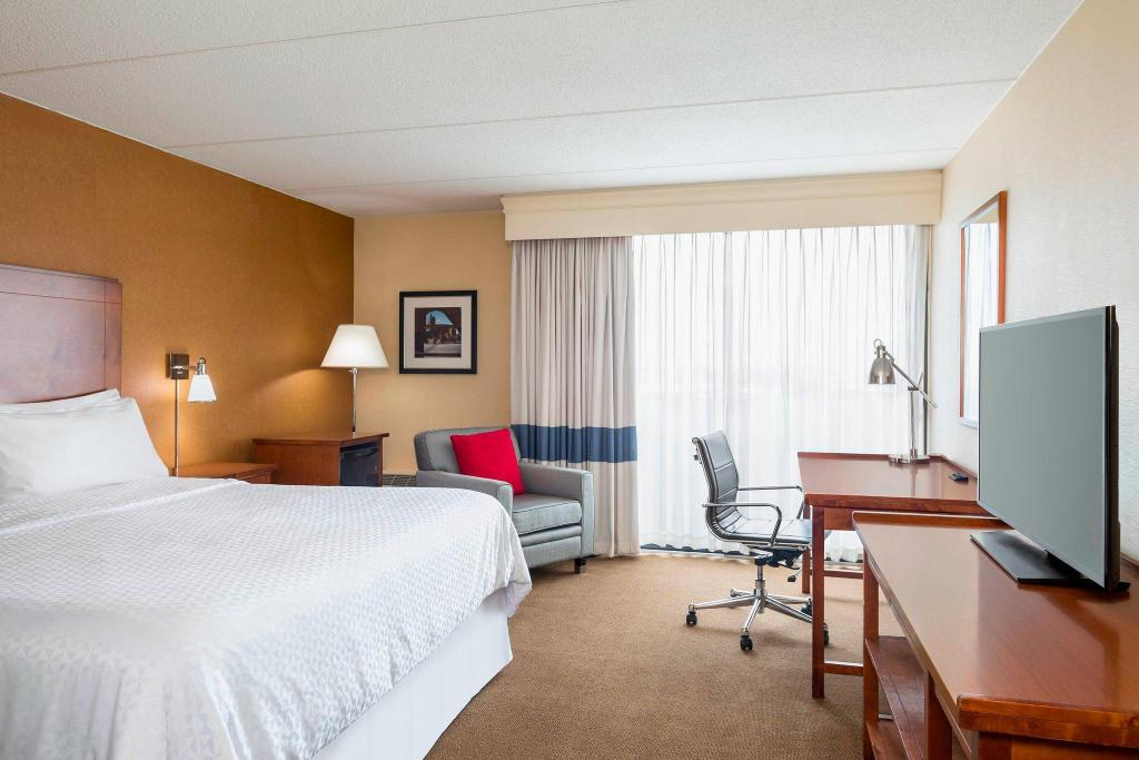 Guest room, 1 King Four Points by Sheraton Chicago O'Hare Airport