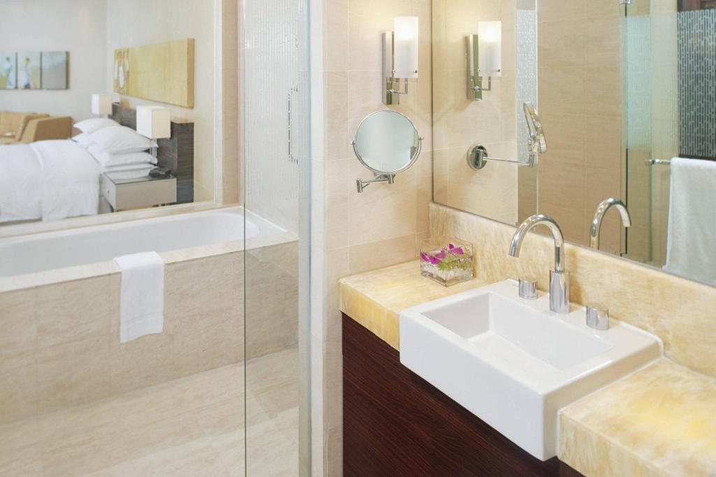 Deluxe King, Guest room, 1 King, Ocean view, Balcony Sheraton Nha Trang Hotel & Spa
