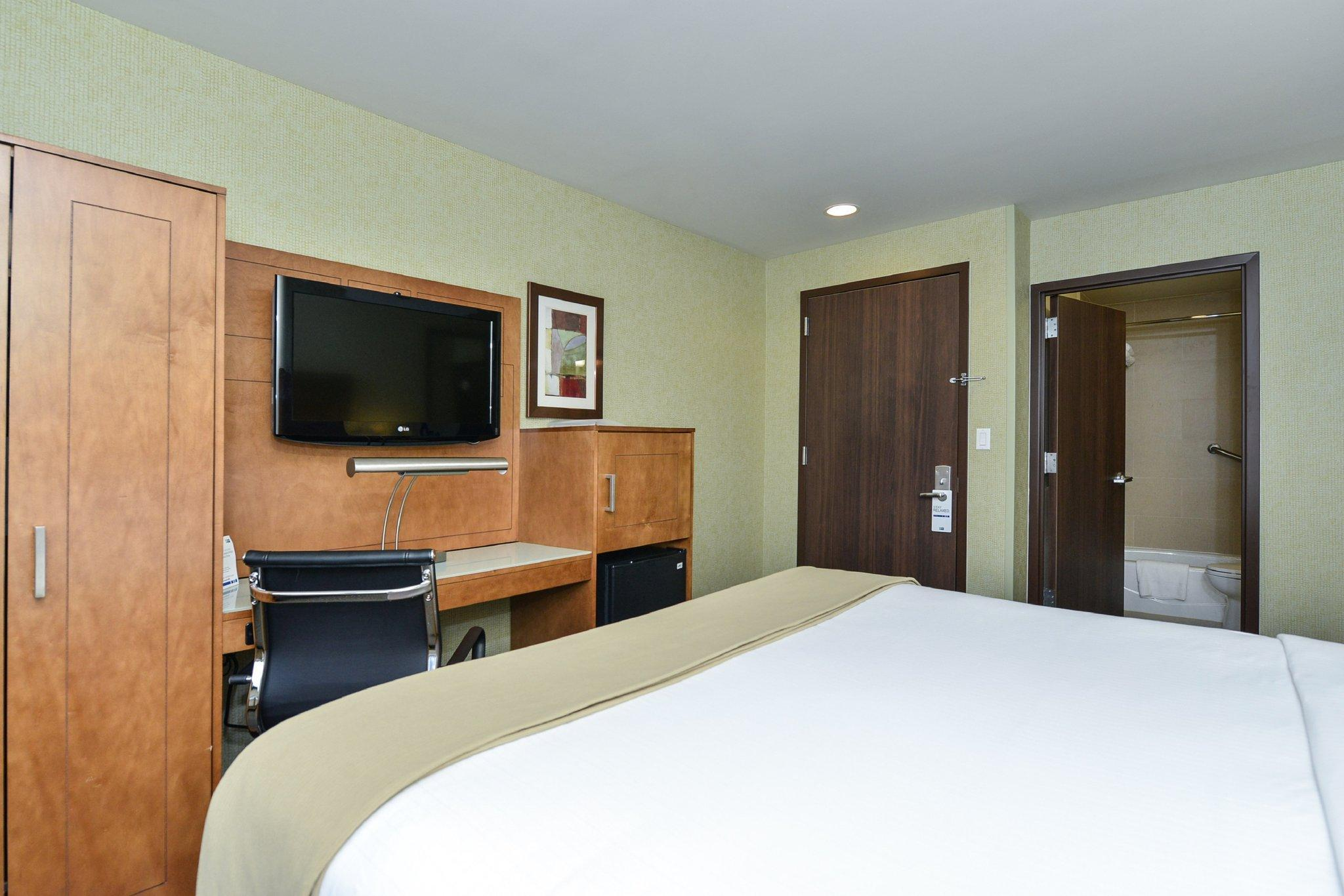 Room with Queen Bed and Roll-In Shower - Hearing Accessible, Non-Smoking (Queen Hearing Accessible Roll In Shower Non-Smoking)