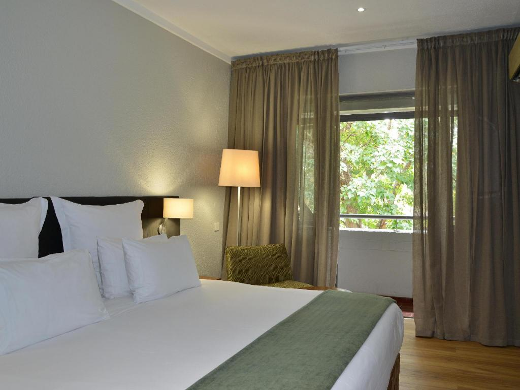 Deluxe Double or Twin Room - Bed Cresta Lodge Harare