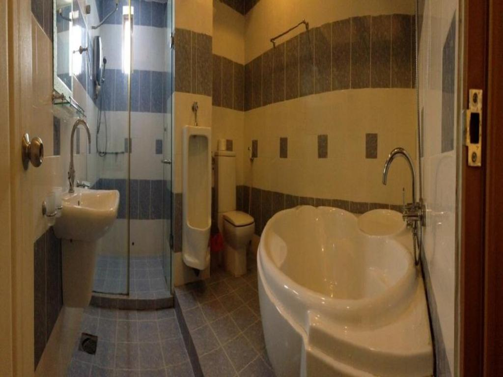 Bathroom Ho Phong Hotel