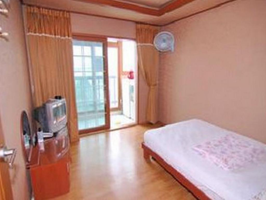 Double Bed Room With Kitchenette Hanbit Pension & Motel