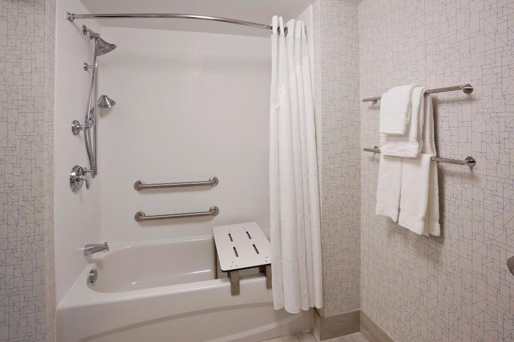 Suite 2 Bed Mobility Accessible Tub Non-Smoking Holiday Inn Express Roseville-St. Paul