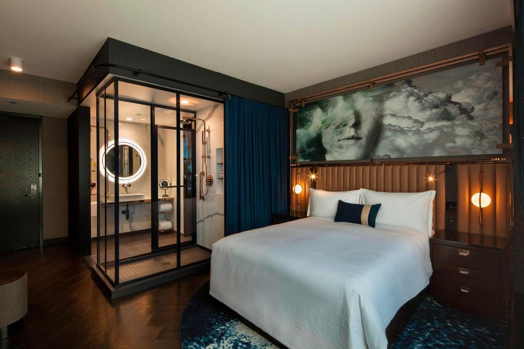 Guest room, 1 Queen Hotel EMC2, Autograph Collection