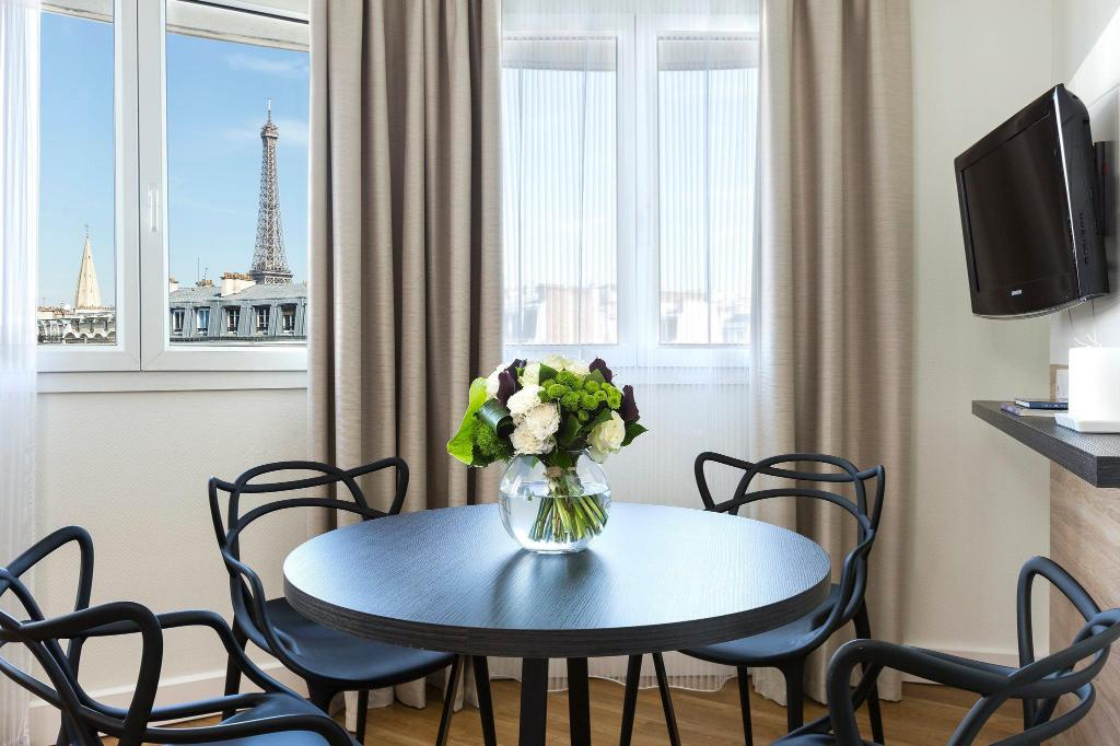 1-Bedroom Eiffel Tower View Apartment - Separate living room