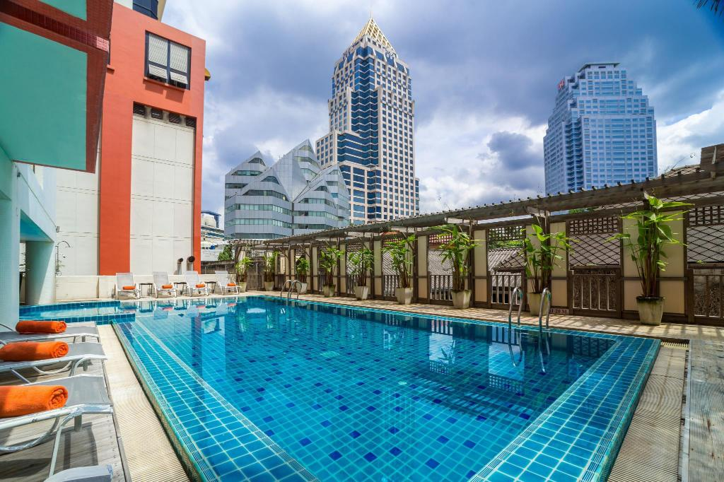 Swimming pool Bandara Suites Silom