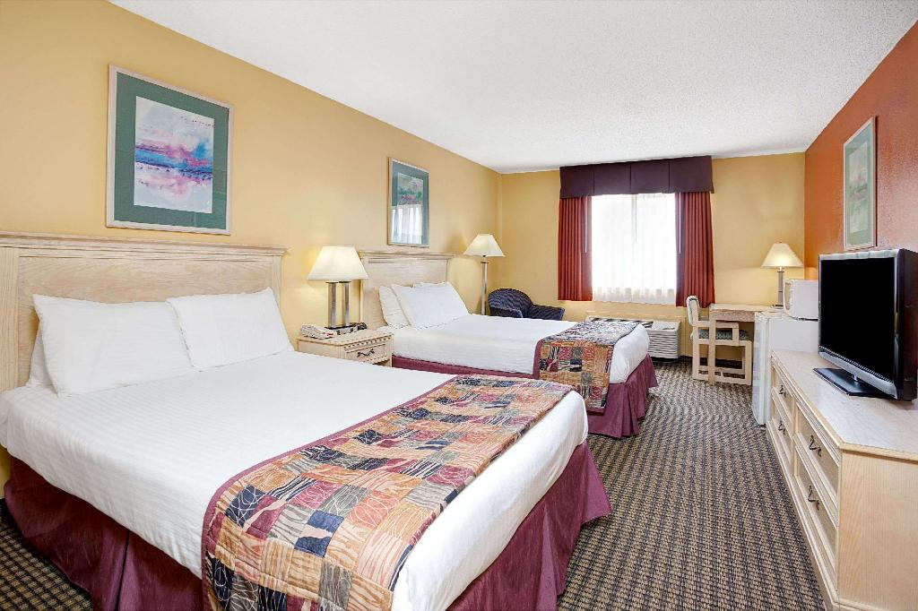 2 Double Beds Non-Smoking - Guestroom Baymont by Wyndham Monroe