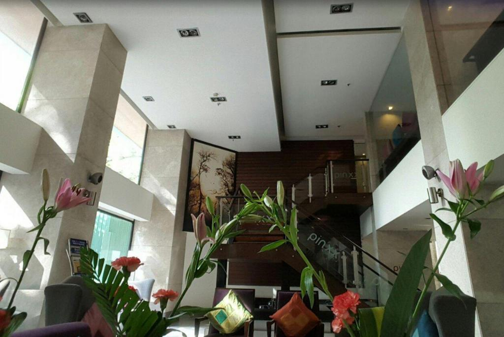 Lobi Royal Orchid Central Bangalore Hotel