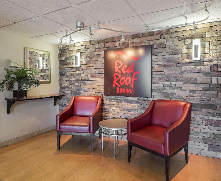 Lobby Red Roof Inn & Suites Cleveland - Elyria