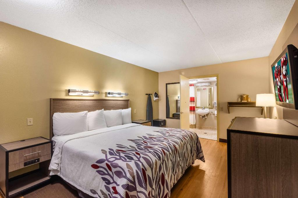 ADA Accessible Superior King Smoke Free - Bed Red Roof Inn Kalamazoo West - Western Michigan U