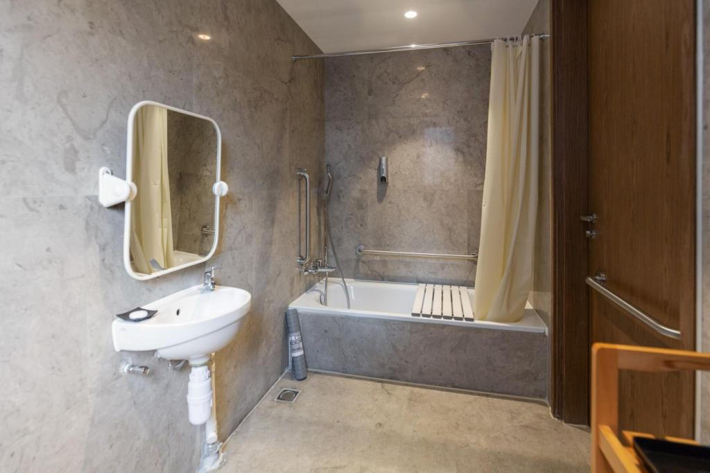 Superior Double Room - Accessible - Bathroom