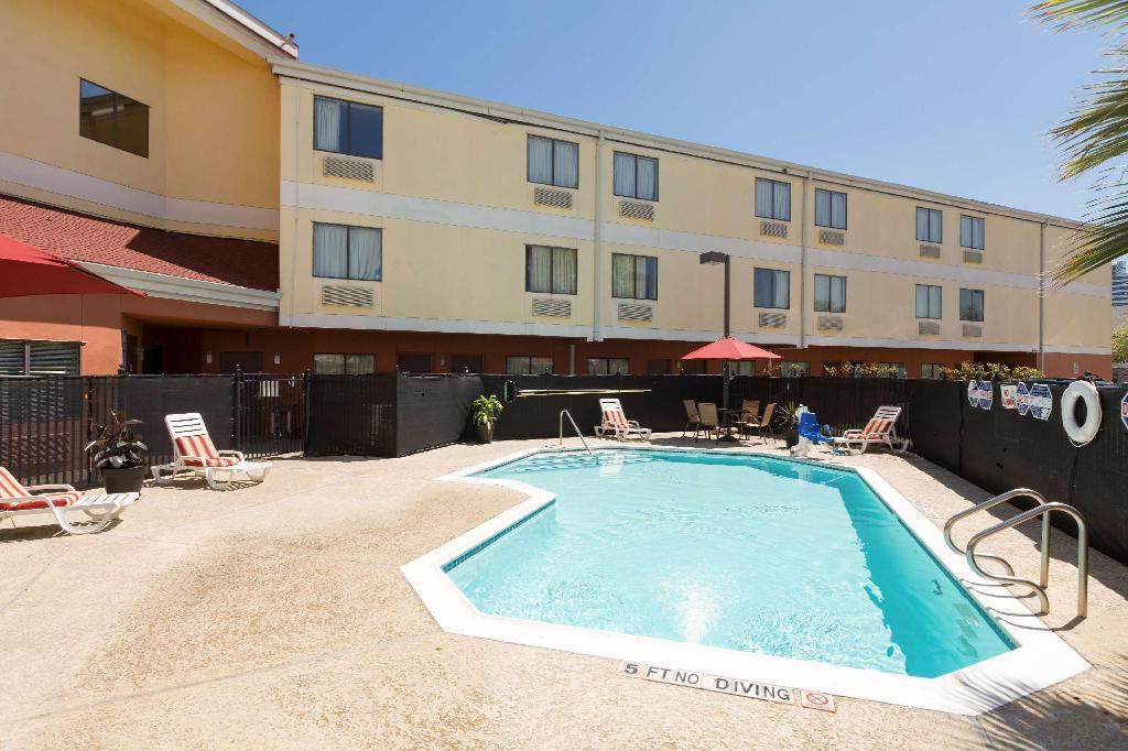 Swimming pool [outdoor] Red Roof Inn Houston - Westchase