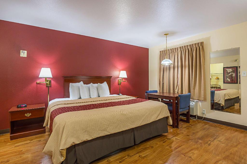 ADA Accessible Superior King with Roll-In Shower Non-Smoking - Guestroom Red Roof Inn Las Vegas