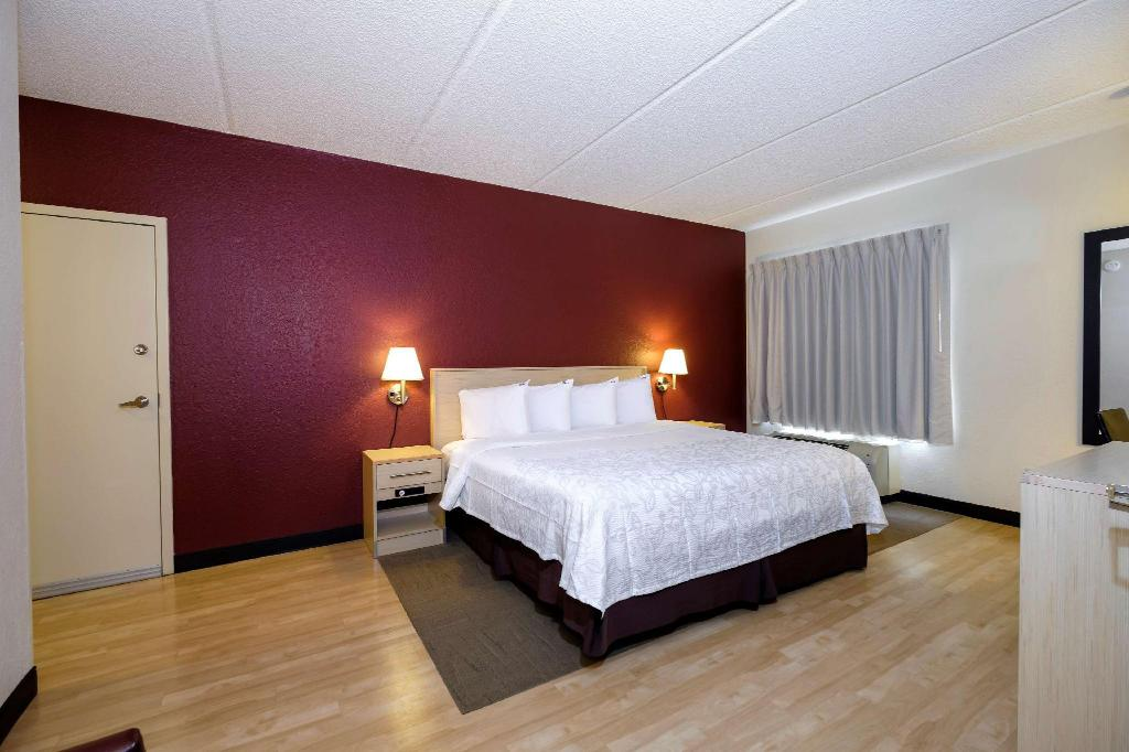 Suite 2 Rooms King Bed Smoke-Free - Bed Red Roof PLUS+ Gainesville