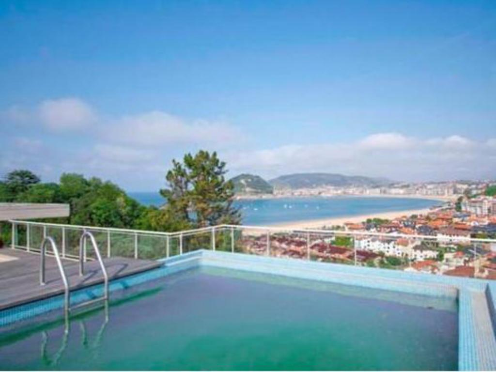 Piscina The Rentals Collection Ondarreta Beach Apartment