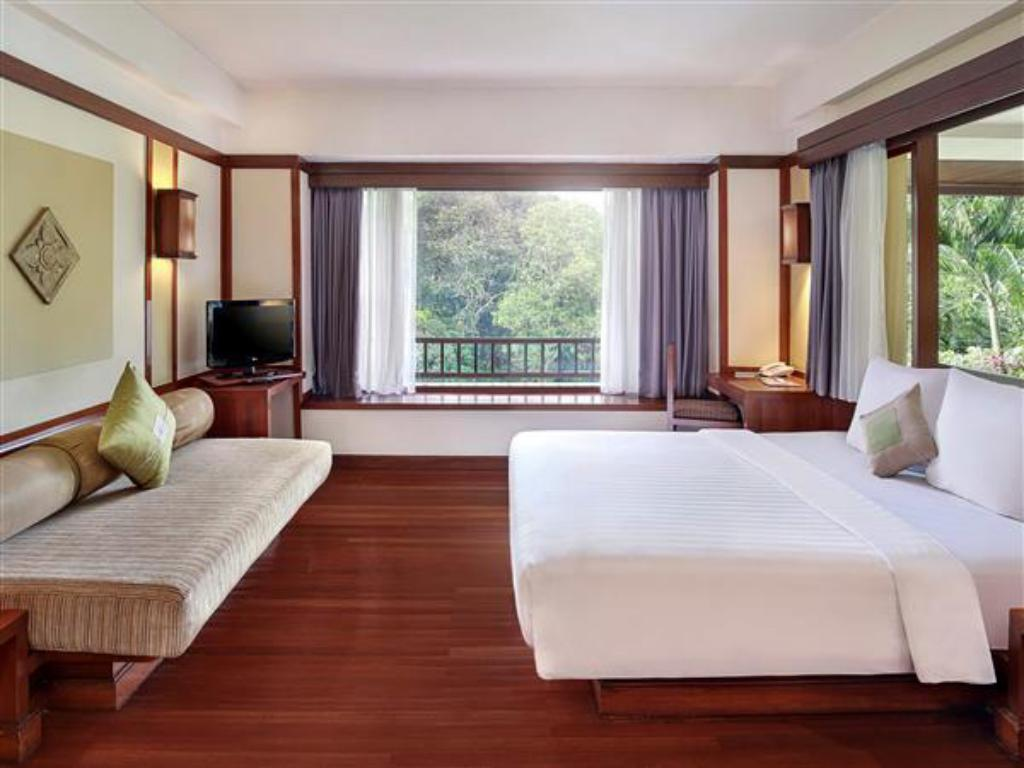 Kamar Standard King - Ranjang Novotel Bogor Golf Resort and Convention Center