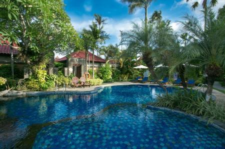 Swimming pool Parigata Villas Resort
